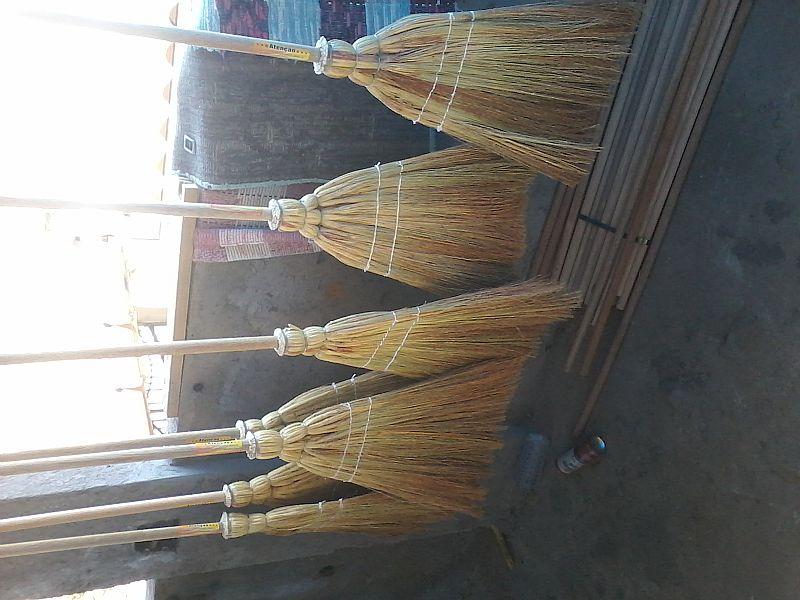vassouras de palha entregamos adomicilio para comercio acima de 12 unidades